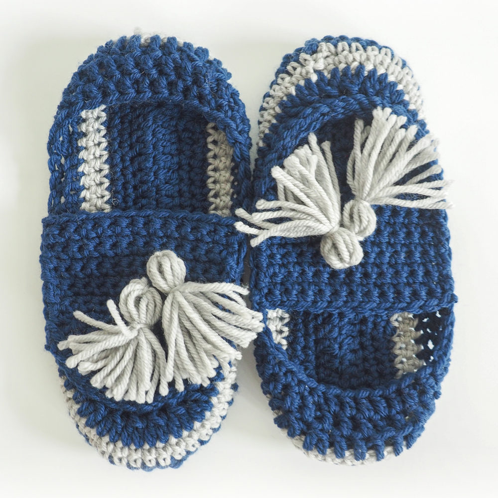 The Tassel Slip-on Slippers are a perfect combination of Boho and modern style. #crochetslippers #crochetpattern #crochetlove #crochetaddict