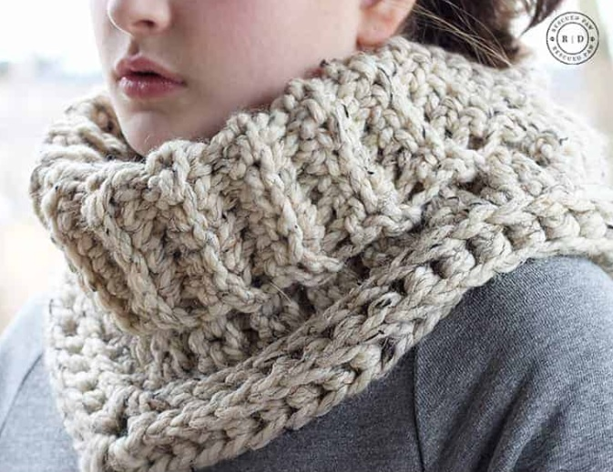 Cara Cowl - 19 Easy Winter Crochet Cowls to Keep You Warm - here's a list of the coziest, stylish crochet cowls and infinity scarf crochet patterns to wear this season. #crochetcowl #crochetpattern #crochetinfinityscarf #cozycrochet