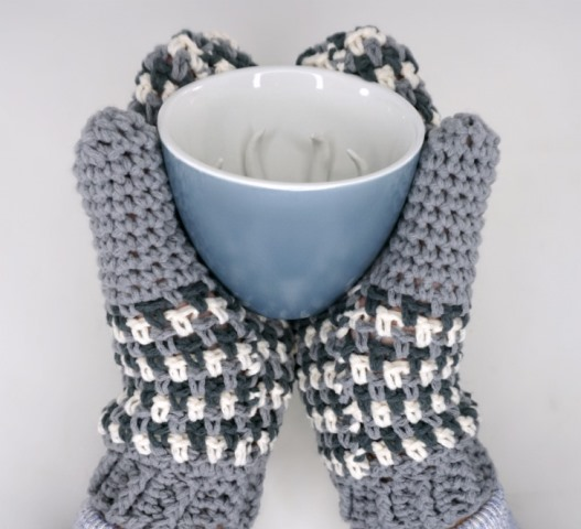 Autumn Amore Mittens - Test out your knowledge of the moss stitch with these crochet patterns. These crochet stitch patterns are unique and colorful, and worthy of your time. #crochetstitches #crocheting #mossstitch #learntocrochet