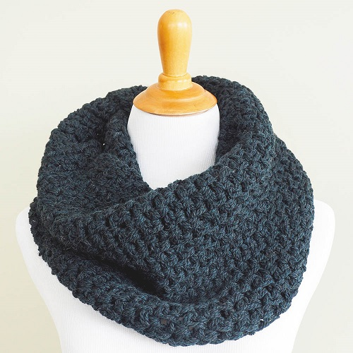 This crochet cowl is an amazing crochet scarf pattern. You can make this simple and classic free crochet pattern as a gift for someone. #Crocheting #CrochetScarfPatterns #MossStitch #FreeCrochetPattern