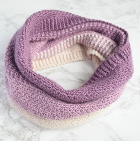Ombre Moss Stitch Cowl - Test out your knowledge of the moss stitch with these crochet patterns. These crochet stitch patterns are unique and colorful, and worthy of your time. #crochetstitches #crocheting #mossstitch #learntocrochet