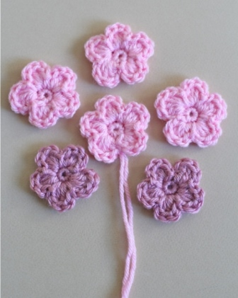 Simple Crochet Flower - Check this list of easy crochet patterns that is full of simple flowers and even has a crochet rose pattern. All the warmth of spring at your fingertips. #flowerpattern #crochetflower #easycrochetpatterns #crochetideas