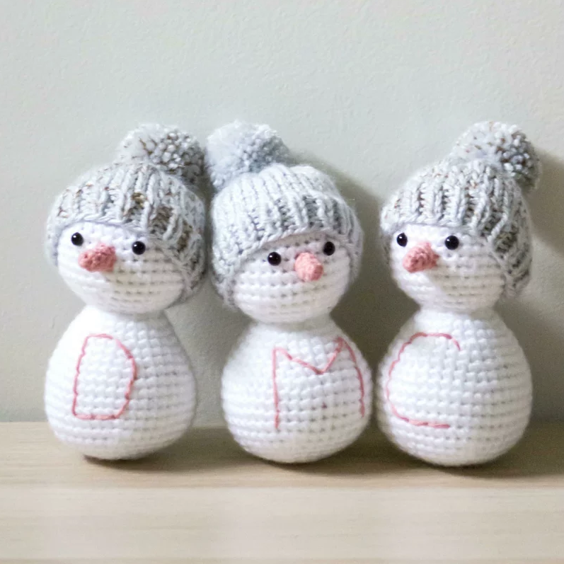 Snowman Friends - These free amigurumi patterns and crochet toys are so fun, it will make you want to be a kid again. These cute patterns are imaginative and sweet. #AmigurumiPatterns #CrochetPatterns #FreeCrochetPatterns