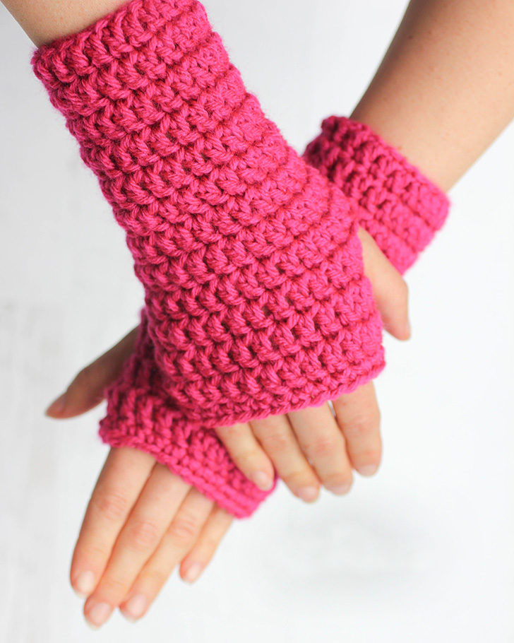 50-minute Fingerless Crochet Gloves - This list of 20 easy fingerless gloves crochet patterns is suitable for everyone, including males, females, adults, and children. #FingerlessGlovesCrochetPatterns #CrochetFingerlessGloves #CrochetPatterns