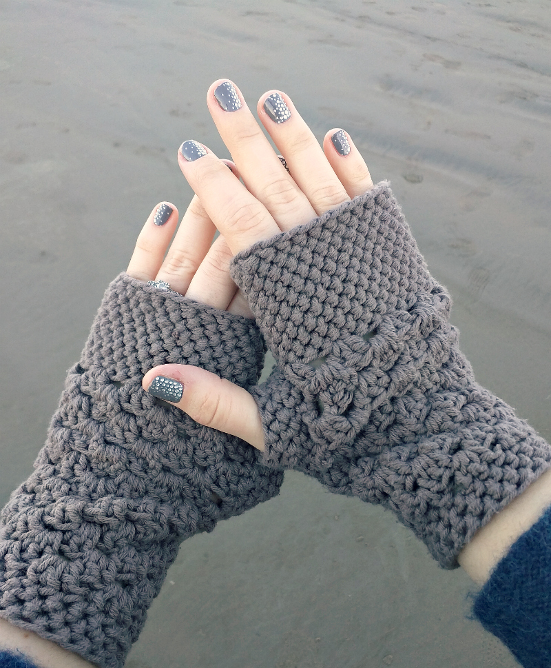 Chunky Fingerless Gloves - This list of 20 easy fingerless gloves crochet patterns is suitable for everyone, including males, females, adults, and children. #FingerlessGlovesCrochetPatterns #CrochetFingerlessGloves #CrochetPatterns