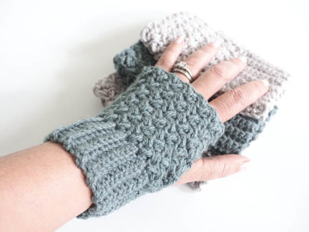 Easy Elizabeth Stitch Fingerless Gloves - This list of 20 easy fingerless gloves crochet patterns is suitable for everyone, including males, females, adults, and children. #FingerlessGlovesCrochetPatterns #CrochetFingerlessGloves #CrochetPatterns