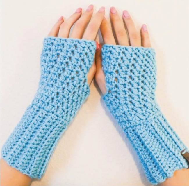 Polly Fingerless Gloves - This list of 20 easy fingerless gloves crochet patterns is suitable for everyone, including males, females, adults, and children. #FingerlessGlovesCrochetPatterns #CrochetFingerlessGloves #CrochetPatterns