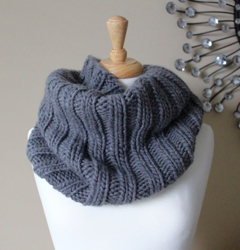 Bulky Ribbed Cowl - If you're looking for something simple, easy and fun to make for gifting, these cowl knitting patterns are perfect to do just that. #cowlknittingpatterns #knittingpatterns #wintercowlknittingpatterns
