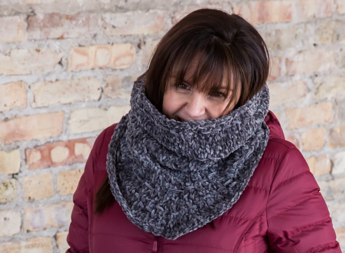 Denver Cozy Knit Cowl - If you're looking for something simple, easy and fun to make for gifting, these cowl knitting patterns are perfect to do just that. #cowlknittingpatterns #knittingpatterns #wintercowlknittingpatterns