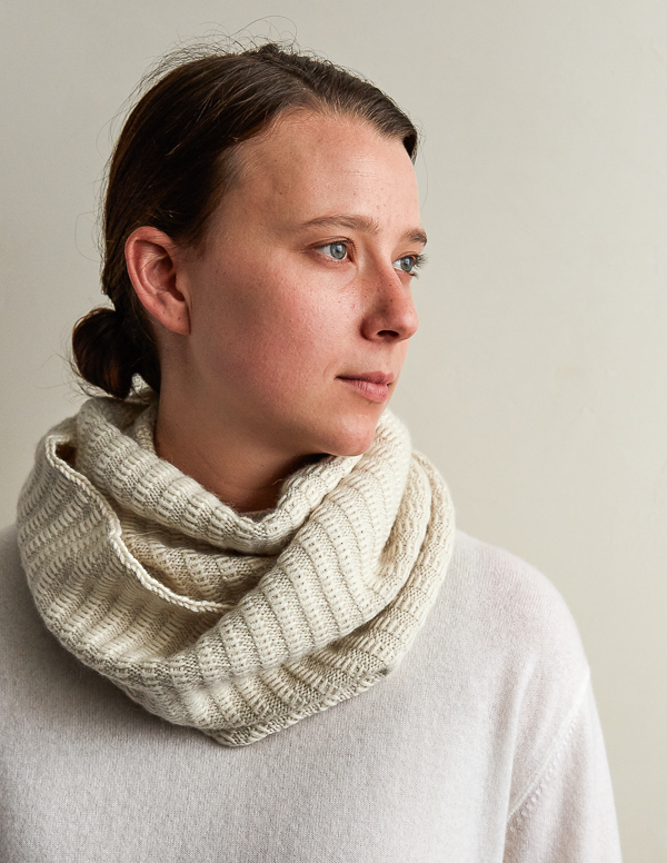 Floats Cowl - If you're looking for something simple, easy and fun to make for gifting, these cowl knitting patterns are perfect to do just that. #cowlknittingpatterns #knittingpatterns #wintercowlknittingpatterns