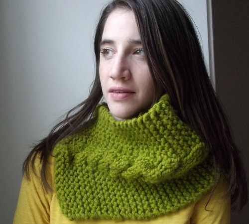 Knit Cowl - If you're looking for something simple, easy and fun to make for gifting, these cowl knitting patterns are perfect to do just that. #cowlknittingpatterns #knittingpatterns #wintercowlknittingpatterns