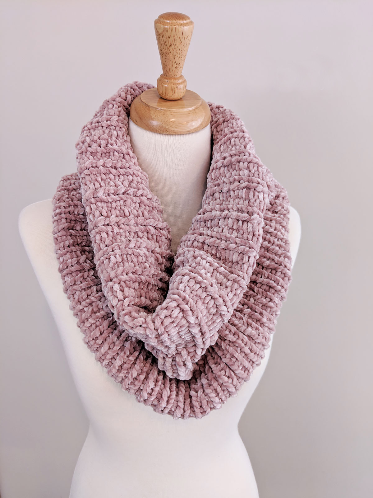 Ribbed Velvet Knit Cowl - If you're looking for something simple, easy and fun to make for gifting, these cowl knitting patterns are perfect to do just that. #cowlknittingpatterns #knittingpatterns #wintercowlknittingpatterns