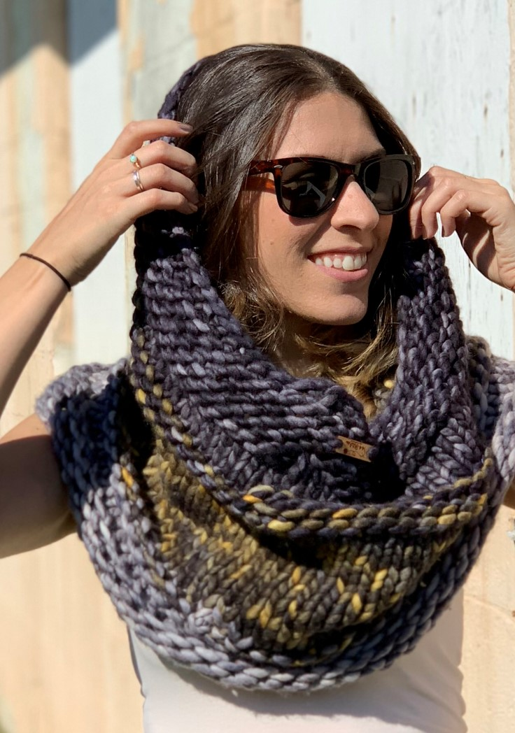 The Central Park Knit Cowl - If you're looking for something simple, easy and fun to make for gifting, these cowl knitting patterns are perfect to do just that. #cowlknittingpatterns #knittingpatterns #wintercowlknittingpatterns