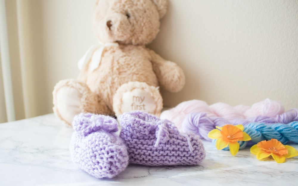 Easy Peasy Baby Booties - These 27 knitting patterns for babies range from diaper covers, booties, blankets, to hats and headbands. #knittingpatterns #babyknittingpatterns #adorableknittingpatterns